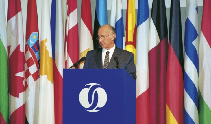 His Highness the Aga Khan delivering the Jacques de Laroisère Lecture at the annual meeting of the Board of Governors of the European Bank for Reconstruction and Development (EBRD) Tashkent, Uzbekistan. AKDN / Gary Otte