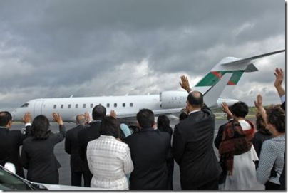 Leaders of the Jamat from across the United States wave goodbye to Mawlana Hazar Imam as he leaves the United States of America.