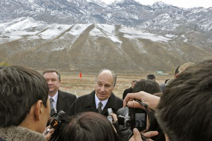 With the Tian Shan mountains visible behind him, Mawlana Hazar Imam addresses members of the press in Naryn. Photo Gary Otte