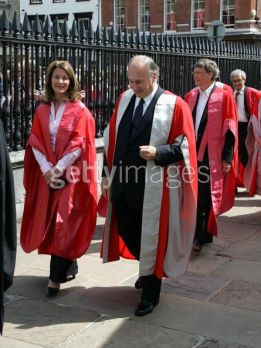 CAMBRIDGE, UNITED KINGDOM - JUNE 12: Melinda Gates (L), Aga Khan and Chairman of Microsoft, Bill Gates receive Honorary Doctorates at University of Cambridge on June 12, 2009 in Cambridge, England. (Photo by Propic/Getty Images)
