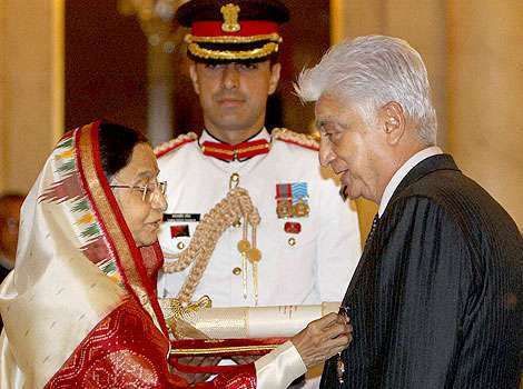 President Pratibha Patil presents the Padma Vibhushan award to Azim Premji <br> (Image: Hindustani Times)