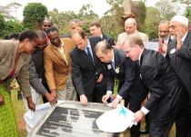 19 October 2011-Prince Hussain Aga Khan, Dr Wing-Kun Tam, Lions Clubs International President and members of the late Wangari Maathai's family unveiling the plaque commemorating a tree planted in her honour at Nairobi City Park (Nairobi, Kenya)