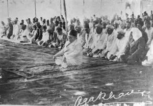 The photo of Imam Sultan Mohamed Shah leading the Namaz