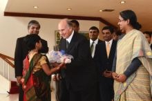 TheIsmaili.org: MawlanaHazarImam departs Bangladesh