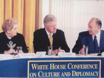 November 28, 2000, His Highness the Aga Khan in discussion with U. S. President Bill Clinton and U.S. Secretary of State Madeleine Albright at the first White House Conference on Culture and Diplomacy, Washington. (Image credit: White House)