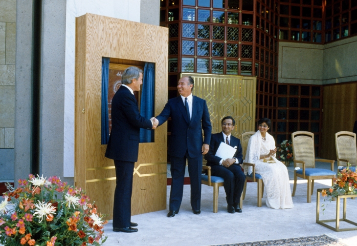1985-08-23: His Highness Prince Karim Aga Khan IV shaking hands with Prime Minister Brian Mulroney following the unveiling of a plaque commemorating the opening of the Ismaili Centre, Burnaby (Image: The Ismaili.org/Gary Otte).