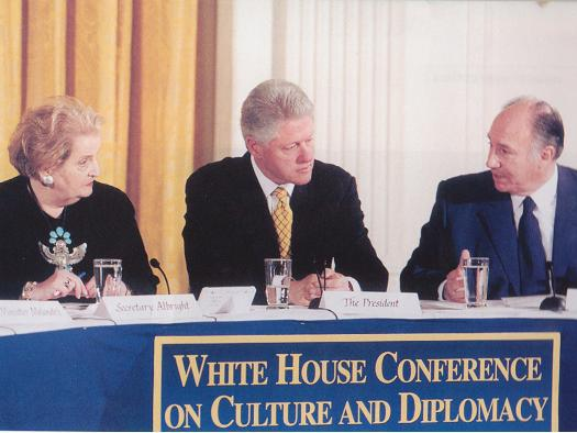 November 28, 2000: His Highness the Aga Khan was among the distinguished panelists invited to advise US President Clinton (centre) and Secretary of State Albright (left) on the role of culture in foreign policy. (Image: Simerg.com)
