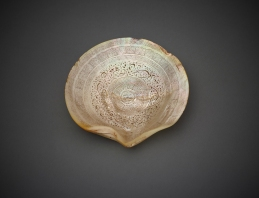 Shell With Inscriptions India (Historic Hindustan), 18th century Incised mother-‐of-‐pearl Diameter 14.5 cm AKM665