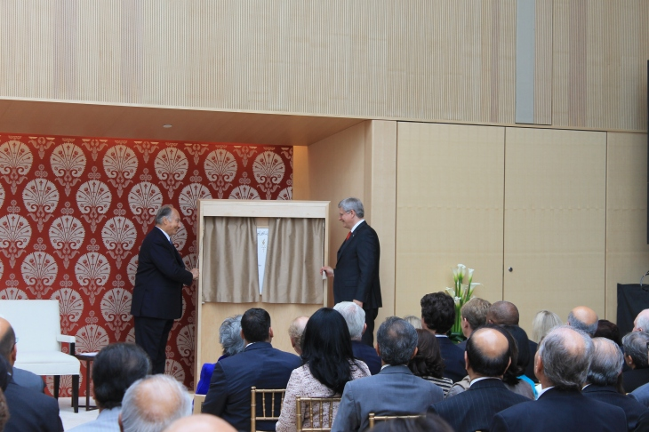 Mowlana Hazar Imam with Canadian Prime Minister Stephen Harper unveiling the commemorative plaque of the Ismaili Centre, Toronto. [Image © Ismailimail/AM]