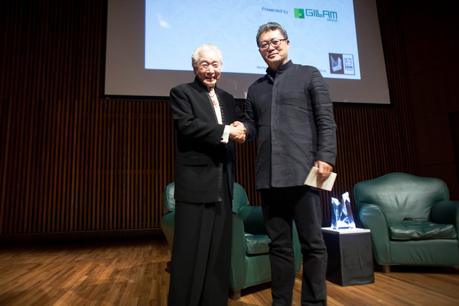 Esteemed architects Li Xiaodong shaking hands with Moriyama, founder of the Moriyama RAIC International Prize. (Image Courtesy: Alexandra Petruck/RAIC)