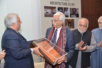 Jahangir Khan Sherpao, President of Pakistan's Institute of Architects (IAP) presents the citation to Firoz Rasul, President, AKU, who accepted on His Highness' behalf (Photo: AKU)