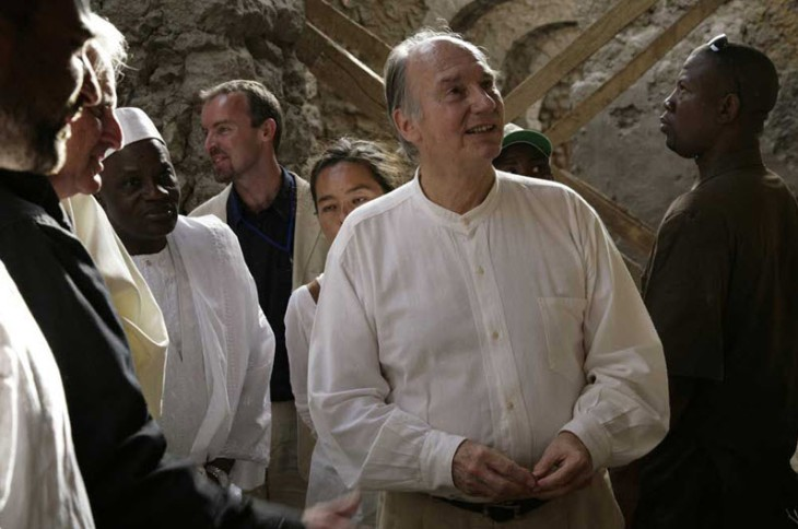 Mawlana Hazar Imam inspects the work being undertaken at the Djingarey Ber Mosque in Timbuktu. - Photo: AKDN/Arnhel De Serra