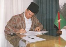 Mawlana Hazar Imam ordaining the Ismaili Constitution. Photo: Canadian Ismaili, March 1987