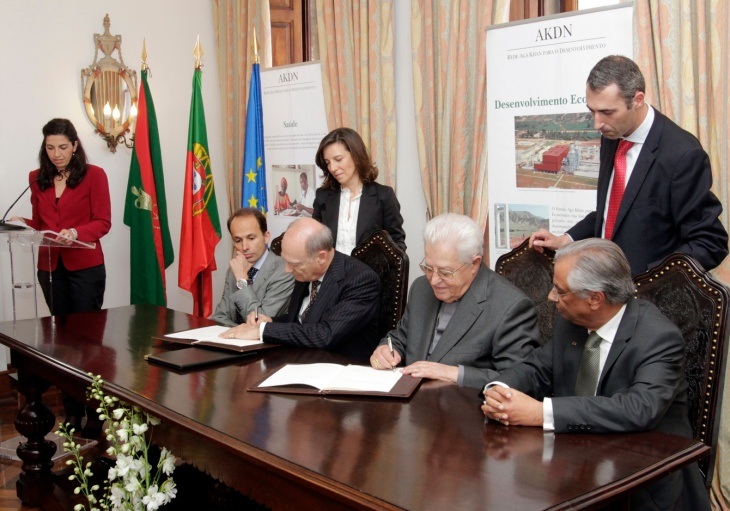 Lisbon, Portugal, 9th May 2012: The Cardinal Patriarch of Lisbon, His Eminence Dom José Policarpo, and Prince Amyn Aga Khan sign the renewed partnership agreement between the Patriarchate of Lisbon and the Aga Khan Foundation to improve the quality of life of marginalized groups in Greater Lisbon, as the Portuguese Minister of Solidarity and Social Security, Pedro Mota Soares and the AKDN Resident Representative for Portugal, Nazim Ahmad look on. (Photo AKDN)