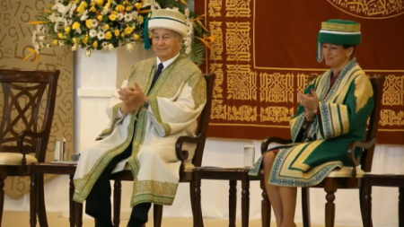 AKU 2015 Convocation - Dar es Salaam - His Highness the Aga Khan with Princes Zahra applauding
