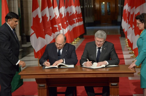 His Highness Prince Aga Khan and Prime Minister Stephen Harper sign a Protocol of Understanding between the Ismaili Imamat and the Government of Canada in the Hall of Honour at the Canadian Parliament (Image via AKDN / Zahur Ramji)