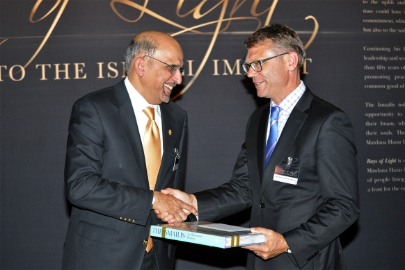 President Azeem Chunara presents a gift to Minister Paul Goldsmith, who was Chief Guest at the opening of the RAYS OF LIGHT exhibition in Auckland. (Photo: Ismaili Council for ANZ via TheIsmaili.org)