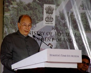 NEW DELHI, APR 7 (UNI):- Prince Shah Karim Al Hussaini Aga Khan addressing on the occasion of lay foundation stone of Humayun`s Tomb Site Museum in New Delhi on Tuesday. UNI PHOTO-74U