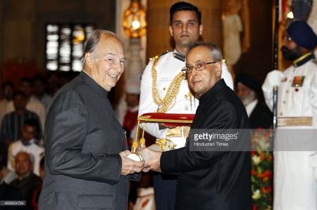 President Pranab Mukherjee presenting the Padma Vibhushan award to Prince Karim Aga Khan