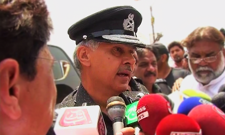 Sindh Inspector General Ghulam Haider Jamali speaking to media representatives after the deadly attack on a bus carrying Ismaili passengers. (Image via Dawn)