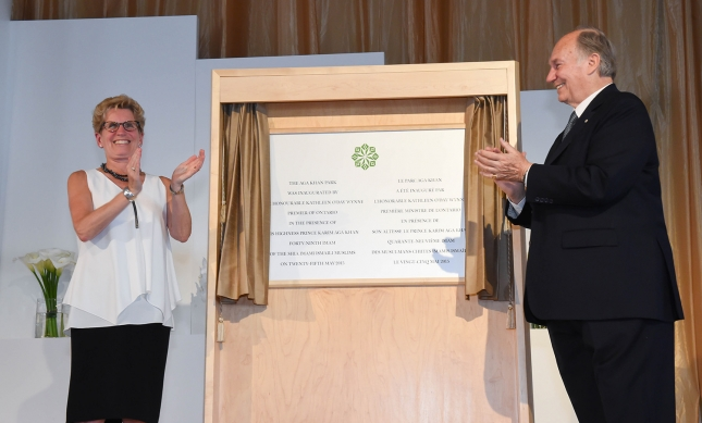 Mawlana Hazar Imam and Premier Kathleen Wynne share in applause after unveiling the plaque marking the inauguration of the Aga Khan Park. (Photo: Zahur Ramji via The Ismaili)