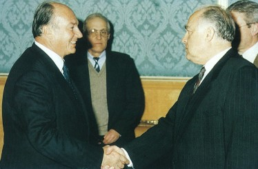 In Moscow, Mawlana Haazr Imam is greeted by Prime Minister Viktor Chernomyrdin
