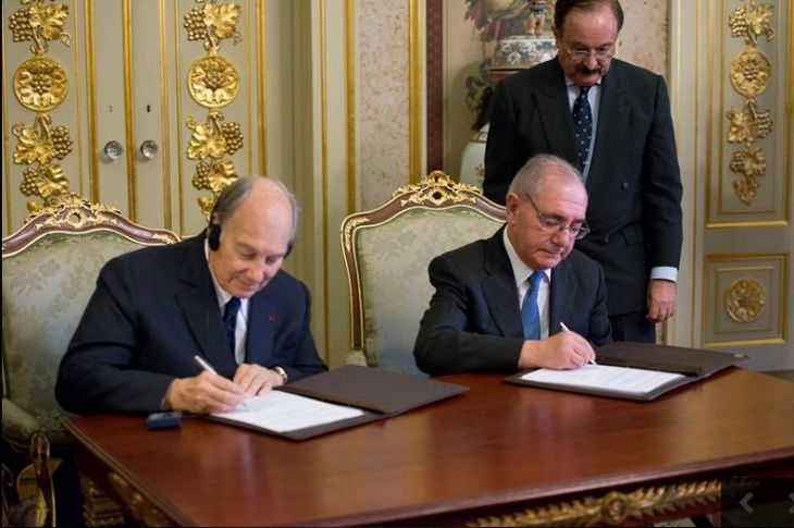 His Highness Prince Karim Aga Khan and Portugal's Minister of State and Foreign Affairs Rui Machete sign a landmark agreement on June 3, 2015, establishing a formal Seat of the Ismaili Imamat in Portugal. TheIsmaili/Gary Otte