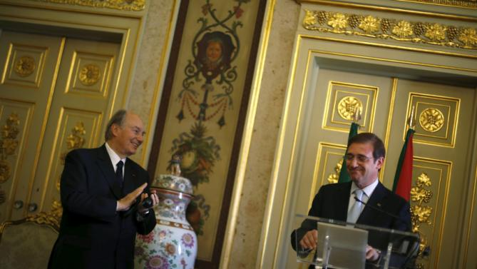Prince Aga Khan applauds to Portuguese Prime Minister Pedro Passos Coelho during a meeting in Lisbon