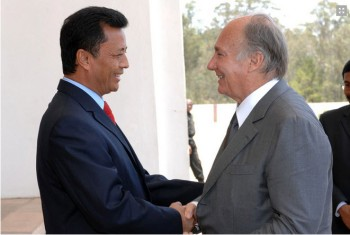 During his Golden Jubilee visit to Madagascar, His Highness the Aga Khan met with the President of the Republic Marc Ravalomanana to review current projects of the AKDN in the region. (Photo: AKDN/Zahur Ramji)