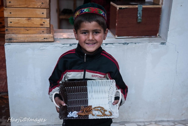 A young Ismaili volunteer giving out tasbhis (prayer beads) at the Dar-al-Noor entrance in Khorogh. (Image credit: Muslim Harji. Copyright.)