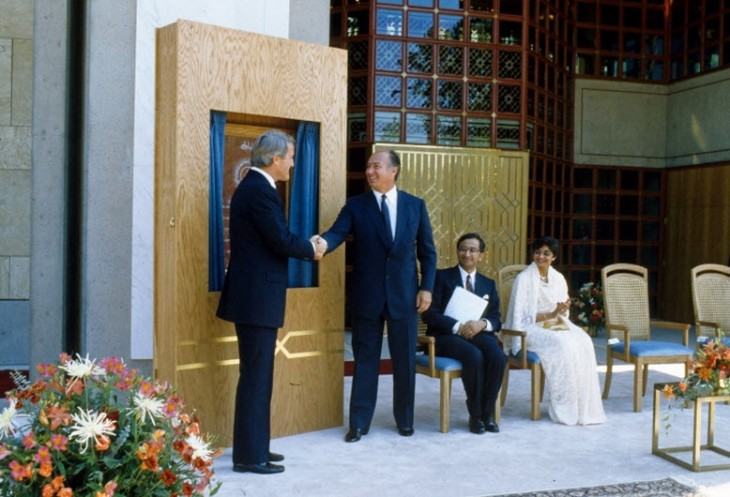 Mawlana Hazar Imam and Prime Minister Brian Mulroney shake hands following the unveiling of a plaque commemorating the opening of the Ismaili Centre, Burnaby. GARY OTTE