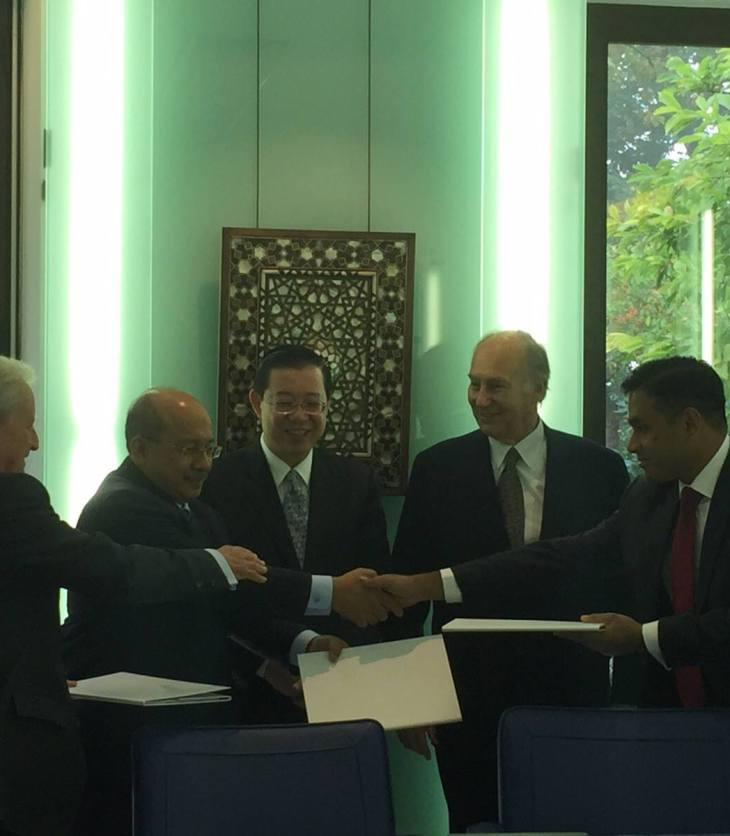 AKTC and the Malaysian delegation celebrate the signing of the Management Collaboration Agreement in the presence of Penang's Government Chief Minister, H.E. the Right Honorable Lim Guan Eng, and His Highness the Aga Khan.(Photo: via Penang Chief Minister Lim Guan Eng's Facebook & Twitter accounts)