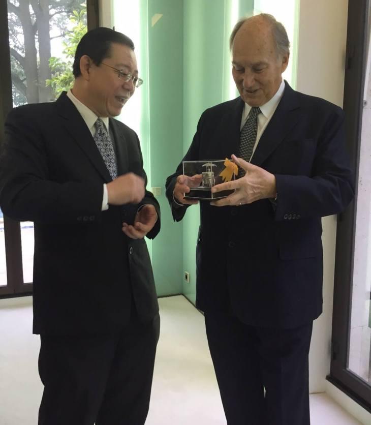 Chief Minister of Penang, Lim Guan Eng and His Highness Prince Karim Aga Khan IV admiring an artifact. (Photo: via Penang Chief Minister Lim Guan Eng's Facebook & Twitter accounts)