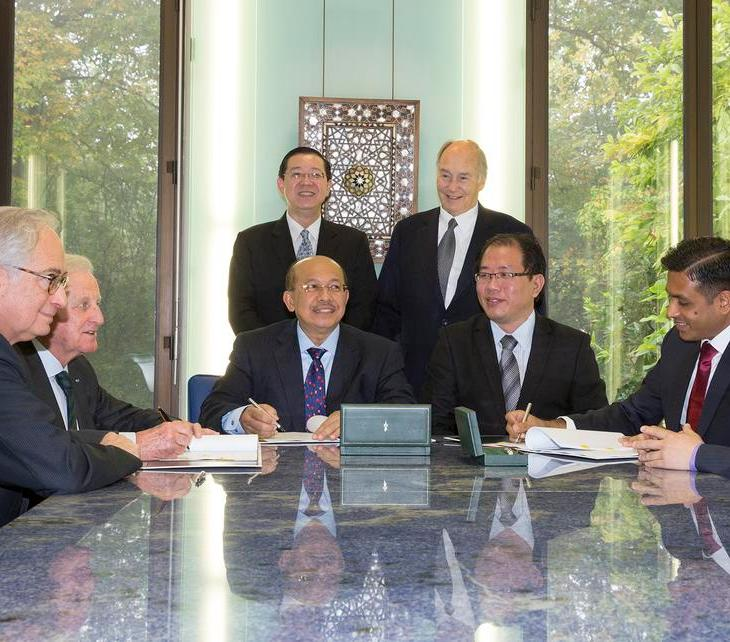 AKTC and the Malaysian delegation signing the Management Collaboration Agreement in the presence of Penang's Government Chief Minister, H.E. the Right Honorable Lim Guan Eng, and His Highness the Aga Khan. (Photo: AKDN)