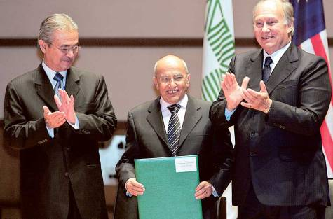 Abdul Karim Al Eryani with Malaysia's Prime Minister Abdullah Ahmad Badawi (left) and Prince Karim Aga Khan after receiving the Aga Khan Award for Architecture for his restoration projectof the Amiriya Complex on September 4, 2007.
