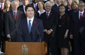 Prime Minister Justin Trudeau in the presence of his Cabinet delivers a statement in front of the Rideau Hall facade. (Image credit: MCpl Vincent Carbonneau, Rideau Hall)