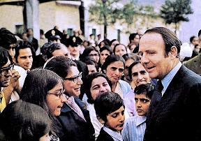 Prince Sadrudin Aga Khan pictured with Ugandan Asian refugees at the Naples refugee centre. (Image credit: Vali Jamal Collection.)