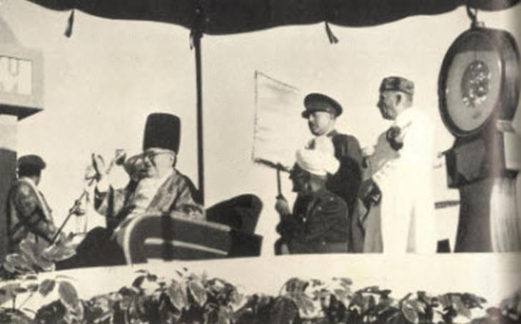 Imam Sultan Mahomed Shah is weighed against platinum in Karachi. Photo: Memoirs of Aga Khan