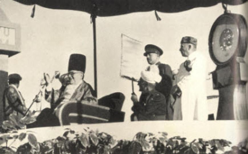 Imam Sultan Mahomed Shah is weighed against platinum in Karachi. Photo: Memoirs of Aga Khan