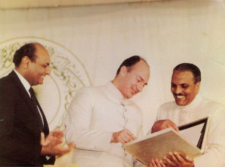 President General Mohammad Zia-ul-Haq presenting the Charter of the AKU to His Highness the Aga Khan as then President of AKU Shamsh Kassim Lakha applauds. Photo: Hidayat, October 1985