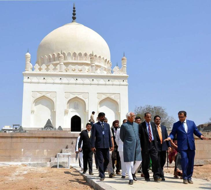 Mr. Ratish Nanda, CEO, AKTC leads the Vice President of India Mr. Hamid Ansari along with Governor Sri E.S.L. Narasimhan and other senior government officials on a site tour of the Qutb Shahi Tombs (Image via Siasat Daily)