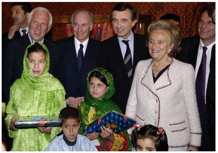 His Highness, with Mme Bernadette Chirac, Alain Deloche, the founder of La Chaîne de l'Espoir (left), and Phillipe Douste-Blazy, the French Foreign Minister (right) at the inauguration ceremony for the French Medical Institute for Children (FMIC) in Kabul. - Photo: AKDN/Gary Otte