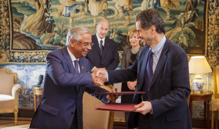 His Excellency Professor Manuel Heitor, Portugal's Minister of Science, Technology and Higher Education, and Nazim Ahmad, Representative of the Ismaili Imamat to the Portuguese Republic shake hands after signing a Research Cooperation Agreement. His Highness the Aga Khan and Secretary of State for Foreign Affairs and Cooperation, Mrs. Teresa Ribeiro look on. (Image credit: AKDN / Luis Filipe Catarino)
