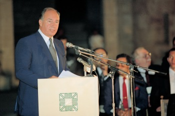 His Highness the Aga Khan addressing the audience at the Aga Khan Award for Architecture (AKAA) 1989 ceremony. AKDN / Gary Otte