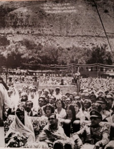 Guests at the opening of the Aga Khan Medical Centre, Singal, Northern Pakistan. Photo: The Prairie Newsletter, 1984