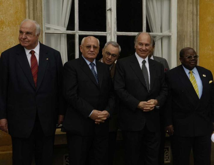 From the Ismailimail archives. Berlin, Germany, 3 October 2005: His Highness Prince Karim Aga Khan receives Die Quadriga 2005 Prize. Left to right - Dr Helmut Kohl, former German Chancellor; Mikhail Gorbatschev, former President of the USSR; His Highness Prince Karim Aga Khan; William Benjamin Mkapa, President of the Republic of Tanzania. (Image credit: AKDN/Gary Otte)
