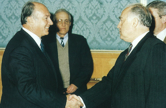 His Highness Prince Karim Aga Khan meeting Prime Minster Viktor Chernomyrdin in Moscow, 1995. (Image credit: The Ismaili Canada)