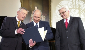 May 20, 2006: Dr. Friedemann Greiner, Director and Chairman of the Jury (left), presenting the Tolerance Award 2006 to His Highness the Aga Khan as Dr Frank-Walter Steinmeier, Germany's Minister of Foreign Affairs (right), looks on. )Image credit: AKDN / Zahur Ramji)