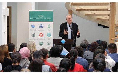 Canadian hockey legend delivers public lecture at University of Central Asia in Naryn