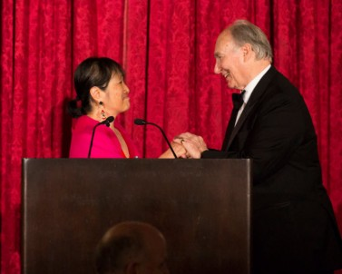 League President Billie Tsien presents Mawlana Hazar Imam with the Architecture League's 2017 President's Medal. Photo: AKDN/Leandro Viana